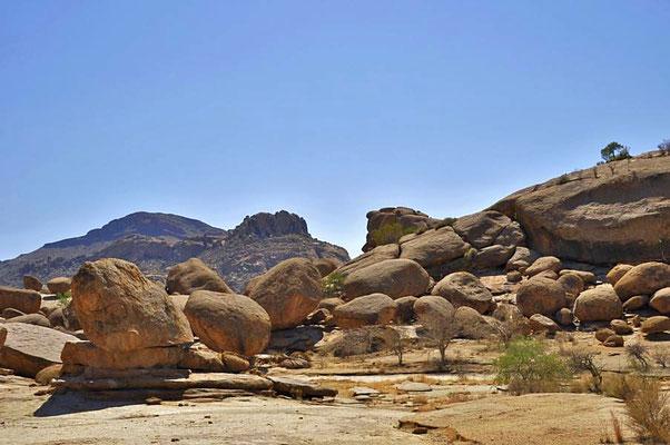 Granit ist unterirdisch erkaltetes Magma und entstand in dieser Gegend vor ca 130 – 110 Millionen Jahren durch massive vulkanische Aktivität.