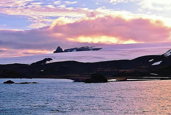 Die Arctowski-Station ist eine polnische Antarktis-Station auf der Landspitze Point Thomas an der Westseite der Admiralty Bay von King George Island.
