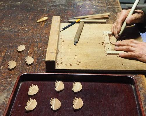 ブローチ(ツバメの子)製作中~彫り~