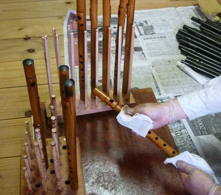 塗った漆を拭きとっているところ 真竹拭き漆