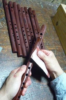 オリジナル横笛朱漆塗り後の表面研ぎ