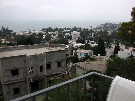 Nous sommes en Tunisie... Hélas le temps n'est pas de la partie. Voici une vue de la mer sur les hauteur de CARTHAGE