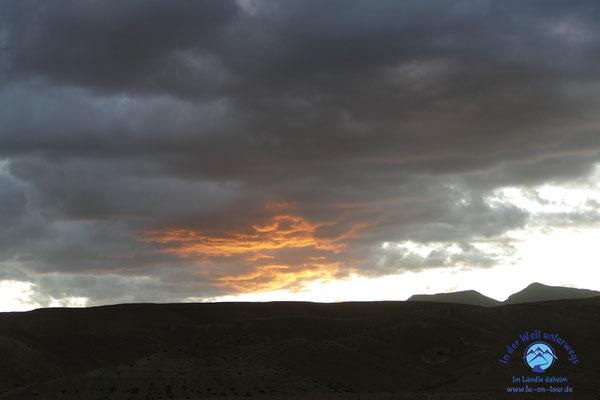 Dramatischer Sonnenuntergang in den Bergen
