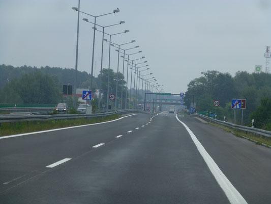 Die ersten Eindrücke von der Autobahn gleich hinter der Grenze sind schon mal gespalten