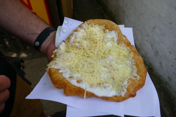 Frisch ausgebackener Langos mit Sauerrahm und Käse