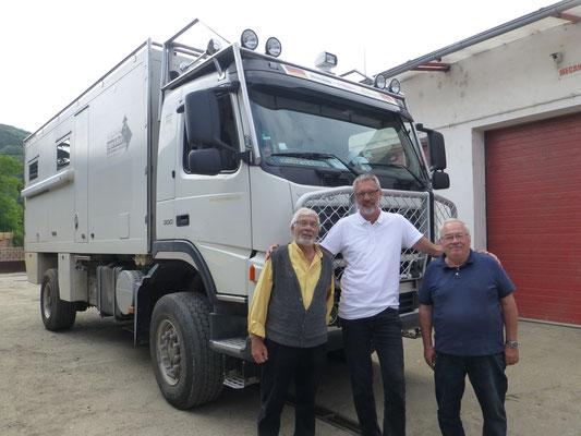 Super nette Gespräche mit dem Werkstattbesitzer und seinem Freund. Rumänische Geschichte lebendig erzählt