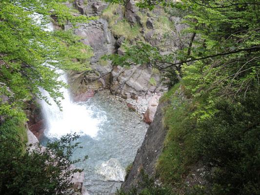 Schmale, enge und steile Treppen führen uns entlang des Wasserfalls wieder hinunter ins Tal