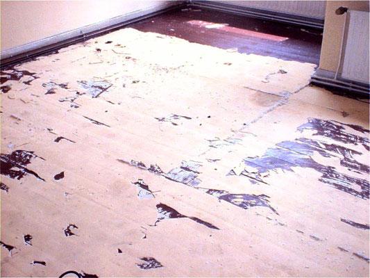 Dielen mit Teppichfilz und Ochsenblut schleifen