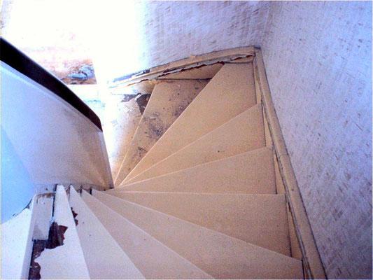 Treppe mit Teppichfilz und Ochsenblut schleifen