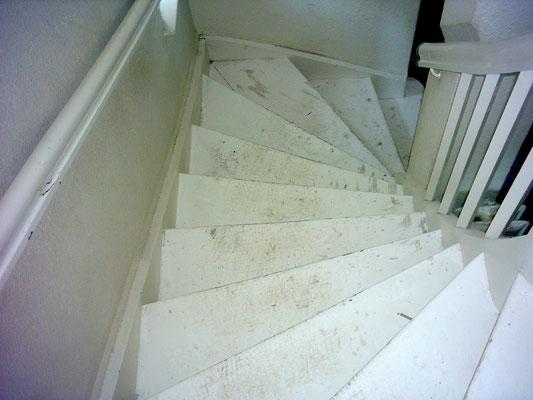 Treppe mit weisser Farbschicht schleifen