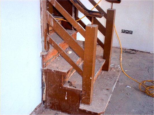 Treppen mit alter abgenutzter Versiegelung schleifen
