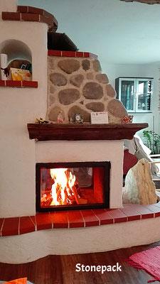 Wohnzimmer Kamine - Design mit Steinverkleidung und Altholz von Stonepack Kärnten