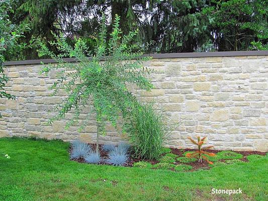 """Gartenmauer mit """"Bergamo""""  Kunststein auf Betonmauer verlegt von Stonepack"""