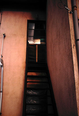 ボロアパート2階へ