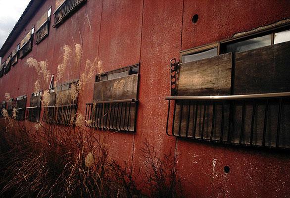 赤い廃アパート/外観
