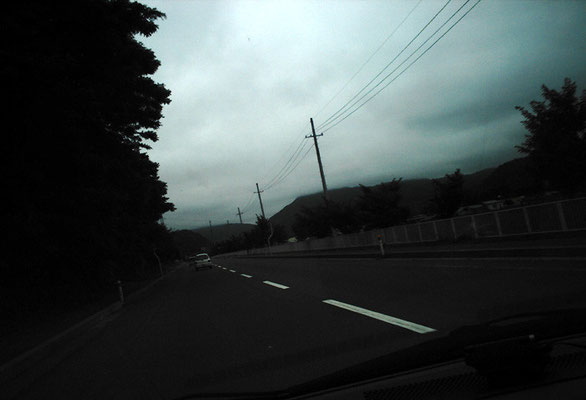 曇りの日の県道