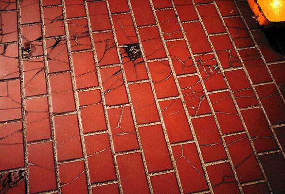 赤い歩道/ひび割れ