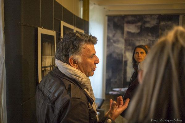 Jean-Pierre MÉNARD présente ses photographies, avec Nathalie KOECHLIN (au fond, à droite).