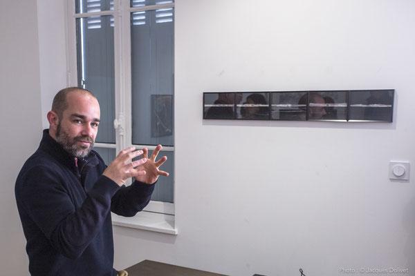 Thierry MERRÉ, au cours de son commentaire sur son travail photographique, à la Galerie Hasy.
