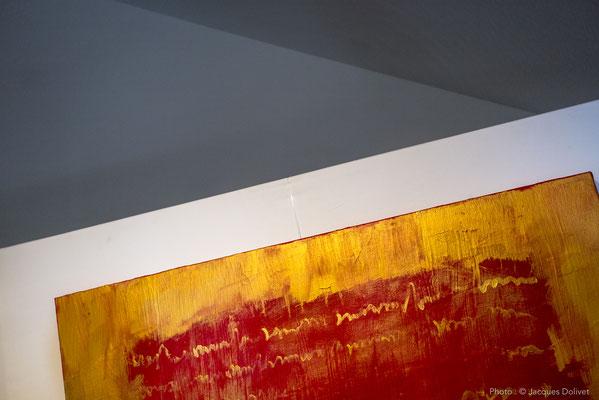 Dans son atelier, un détail sur une peinture de Brigitte GARCIA.