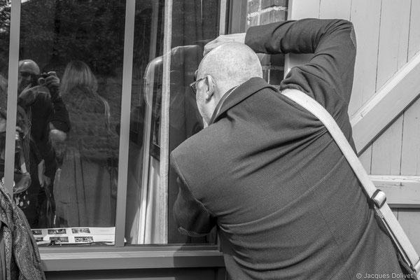 ©JD-L1009706-Jacques Dolivet (dans le reflet de la vitre) et Jean Jack Moulin (de dos).