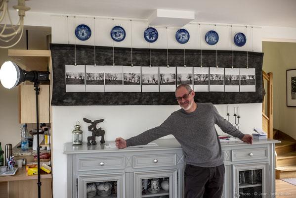 Jacques DOLIVET, devant ses photographies.