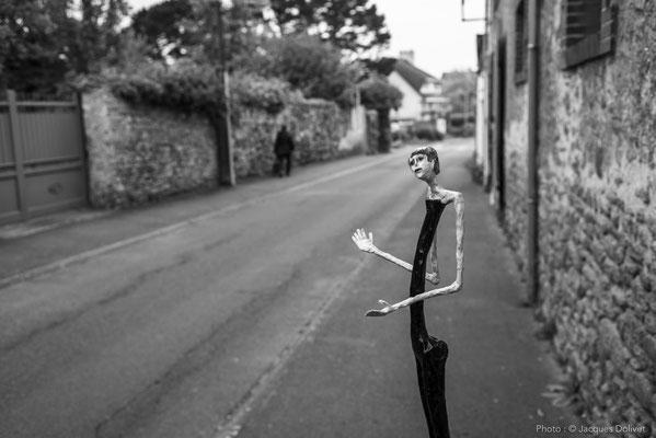 """Une """"petite nana"""" de Jean-Denis MAYSONNAVE, dans la rue, devant l'atelier."""