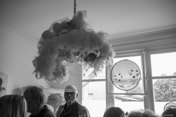 ©JD-L1009775-Marc Tassel sous les plumes, dans l'atelier de SyEym.