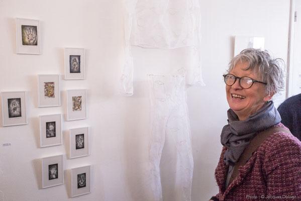 Doreen LE MARINEL, devant les gravures d'Amélie GAGNOT.