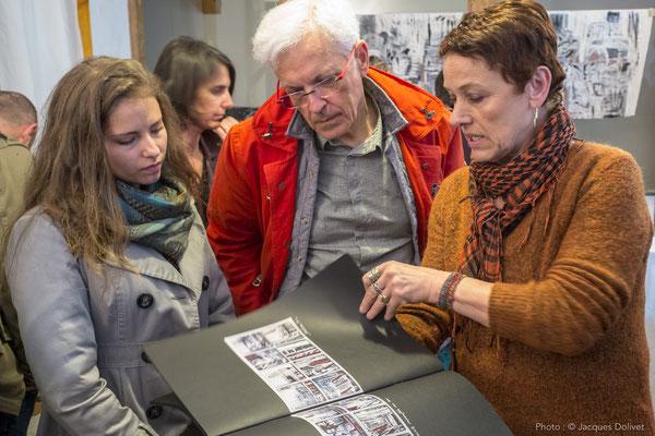 Chantal THERNISIEN, présente son travail à Alice et Jacques HAYOTTE.