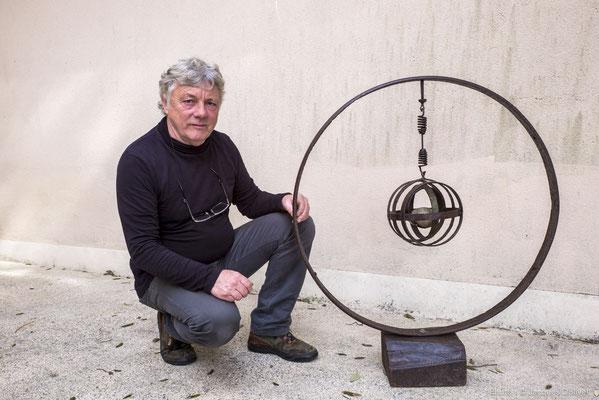 Jean-Pierre GALLAIS présente une de ses sculptures.