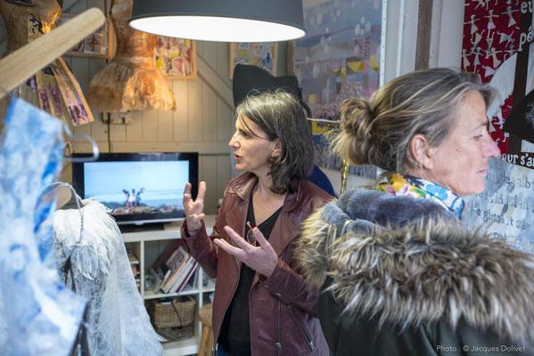 Nathalie KOECHLIN présente son atelier, sous l'oeil attentif de Florence BERINGS FAUVEL.