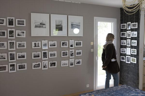 Marie-Jo LE PAIH devant les photographies de Jacques DOLIVET.