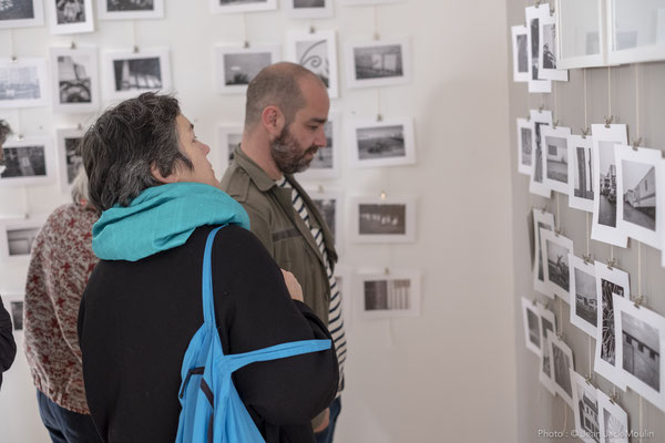 Thierry MERRÉ et W. BELUGUE, devant les photographies de Jacques Dolivet.