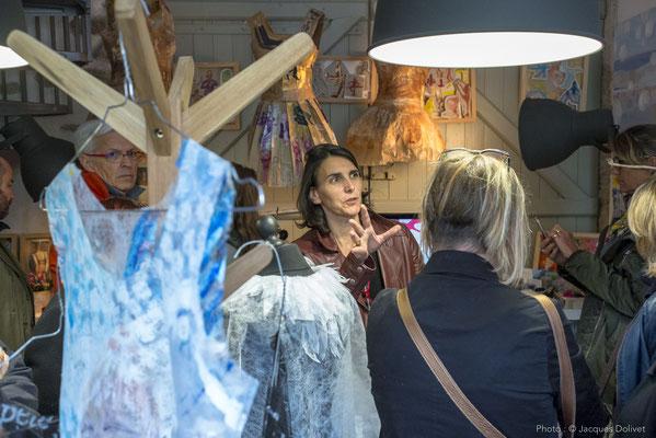 Nathalie KOECHLIN présente son atelier à Jacques HAYOTTE (à gauche) et Veronique SPENLÉ (de dos).