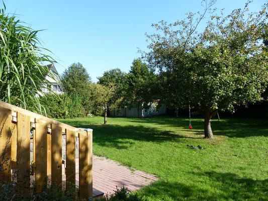 Blick von der Westterrasse in den Garten