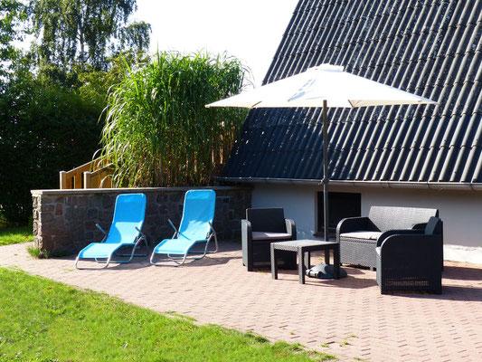 Die sonnige Südterrasse, komplett mit Loungemöbeln, Sonnenliegen und Sonnenschirm