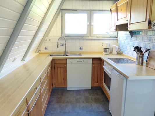 Die Küche bietet viel Stauraum und mehr als genug Arbeitsfläche