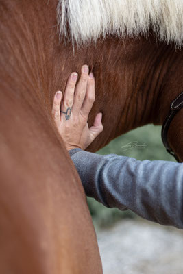 Behandlung der Halswirbel - Foto: Lara Bender Fotografie