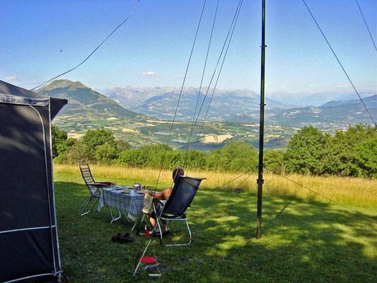 Uitzicht vanaf de camping La Montagne Manteyer, dept. Les Hautes-Alpes Frankrijk.