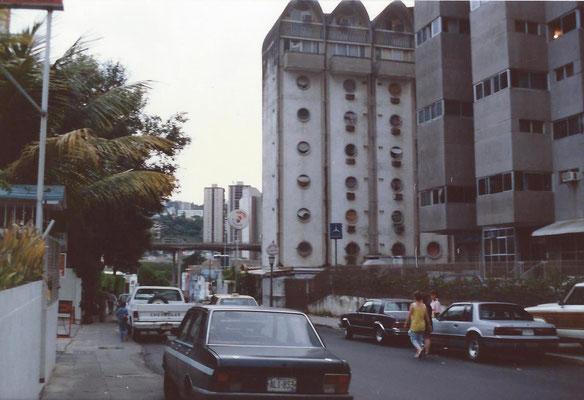 Caracas Venezuela foto van het hotel Escorial. Nellie en Cora op de voorgrond.