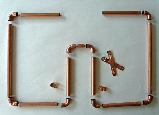 The parts for the 2 meter, 144 MHz Squalo. Made with 12 mm copper pipe. 6 x 11.5 cm pipe. 2 x 21.5 cm pipe. 1 x 2 cm pipe. 8 x knee. 4 x copper saddles.