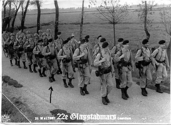 40 km mars Leerdam. Met geweer en volle bepakking. 1967.