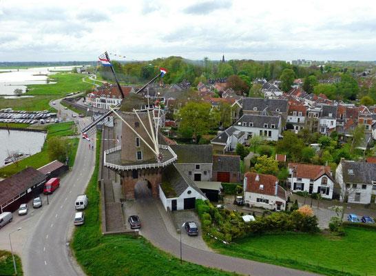 De molen is in 1659 boven op een middeleeuwse stadspoort, de Leuterpoort, gebouwd. Graanmolen Rijn en Lek. Wijk bij Duurstede.