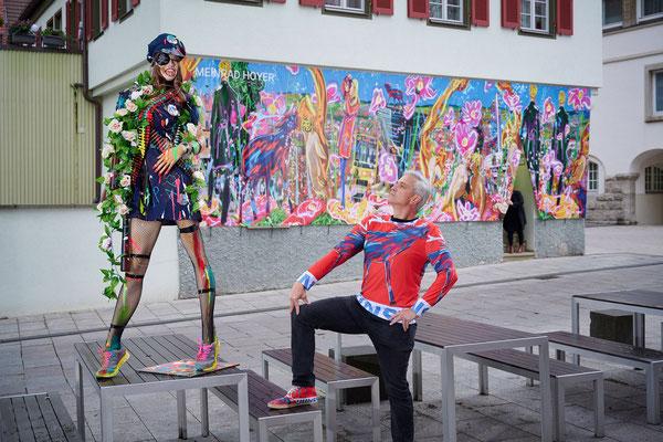 Der Künstler der Kunst betrachtet die Autorität der Artpolice!
