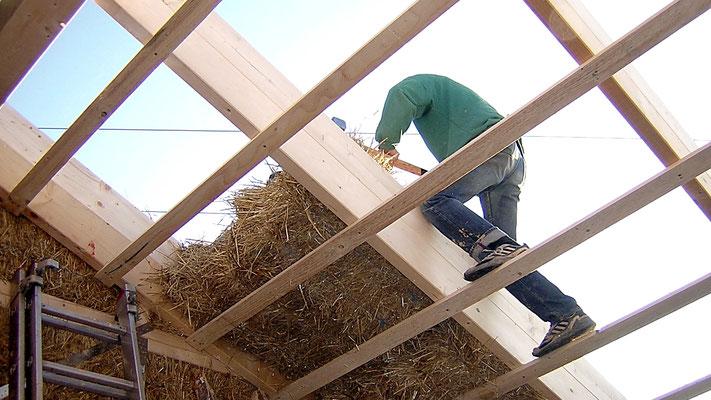 Strohballeneinbau in Dachfläche