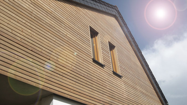 Haus Schiefen: Rautenschalung an Aufstockung schaft klaren Linien