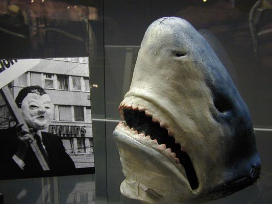 """Haifischmaske der Collage """"Haifische und andere Menschen"""" in den Kammerspielen, Regie Hanne Hiob-Brecht"""