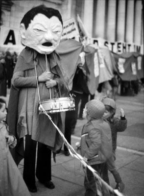 """Der Kandidat 1980 (""""Tatzelwurm"""" des Anti-Strauß-Kommitees zur Kandidatur von Strauss zur Bundeskanzlerwahl)"""