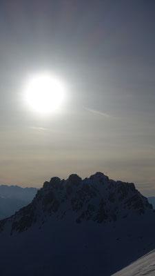 die aufgehende Sonne über dem Föllakopf